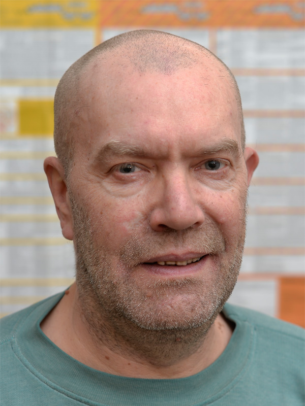 Heilpraktiker  Schlotthaus vor wissenschaftlicher Tabelle der Neuen Medizin